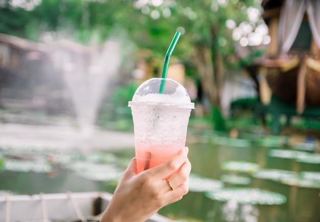 Sommer des glaswassers auf den händen von frauen Premium Fotos