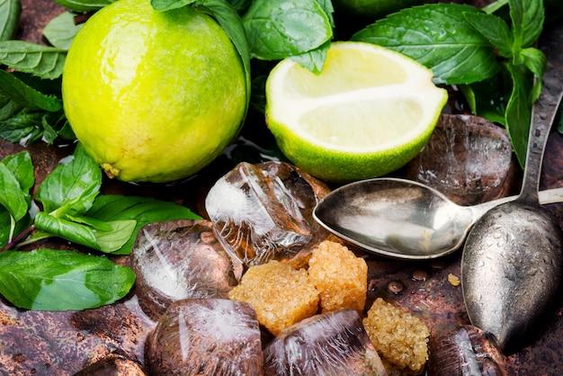 Sommer erfrischendes cocktail mojito Premium Fotos