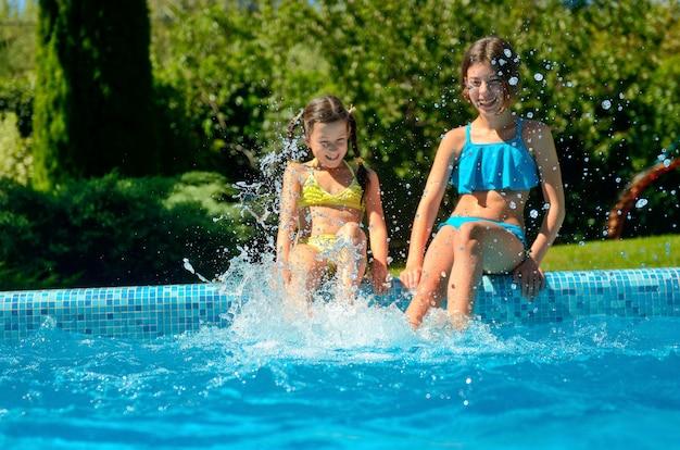 Sommer fitness, kinder im schwimmbad haben spaß und planschen im wasser, kinder im familienurlaub Premium Fotos
