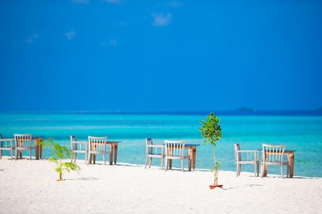 Sommer leer open-air-café in der nähe von meer am strand Premium Fotos