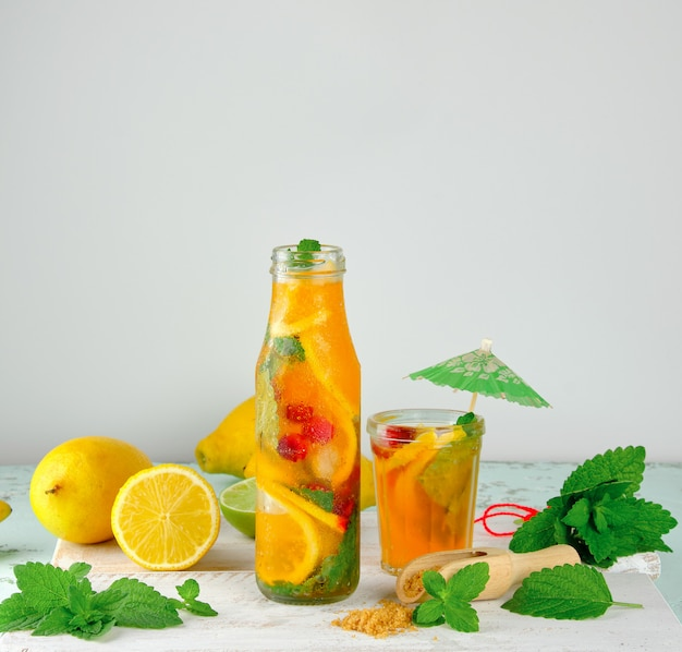 Sommer limonade erfrischungsgetränk mit zitronen, minze Premium Fotos