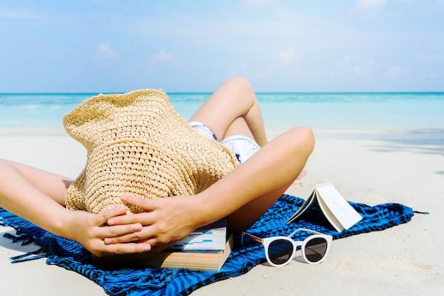 Sommer-strandurlaub-frau entspannen sich am strand in der freizeit. Premium Fotos