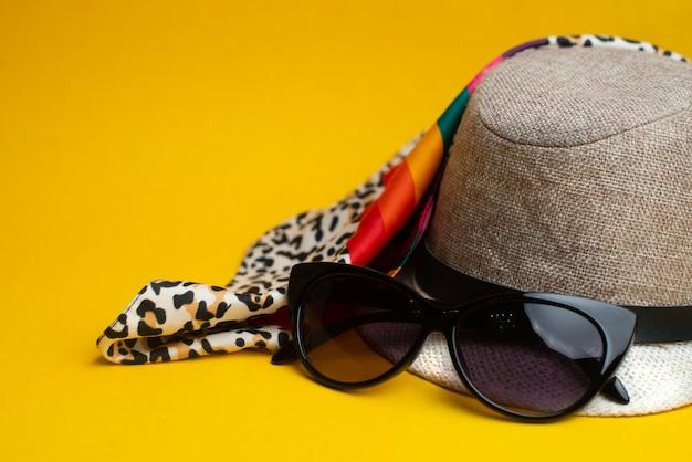 Sommeraccessoires, hut und sonnenbrille. sommer-konzept. meer und ferienkonzept. Premium Fotos