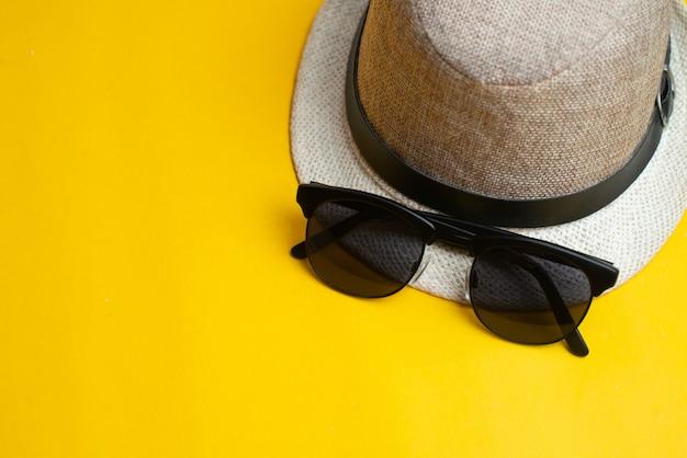 Sommeraccessoires, hut und sonnenbrille. sommerferien und seekonzept. Premium Fotos