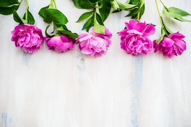 Sommerblumen mit pfingstrose Premium Fotos