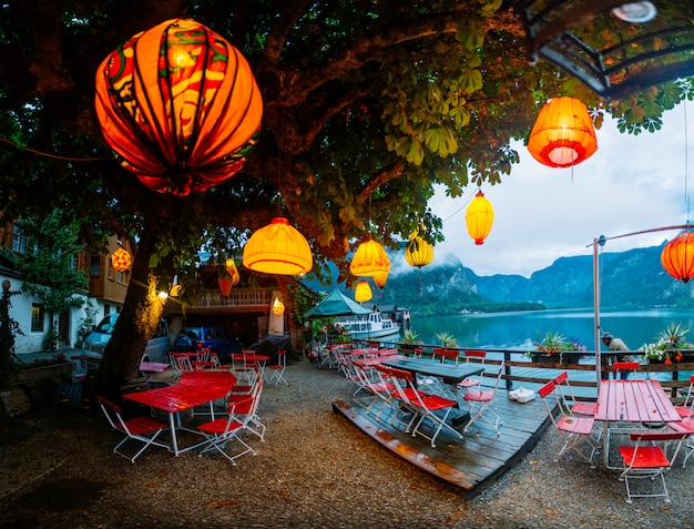 Sommercafé am ufer eines bergsees Premium Fotos
