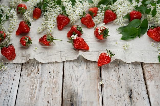 Sommererdbeerfrüchte und vogelkirschblüte Premium Fotos