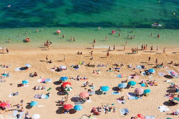 Sommerferien in portugal. menge der badegäste am strand von benagil an der algarve Premium Fotos