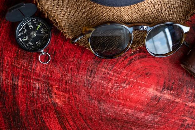 Sommerferienstillleben, satz des passes, notizbuch, sonnenbrille, kompass Premium Fotos