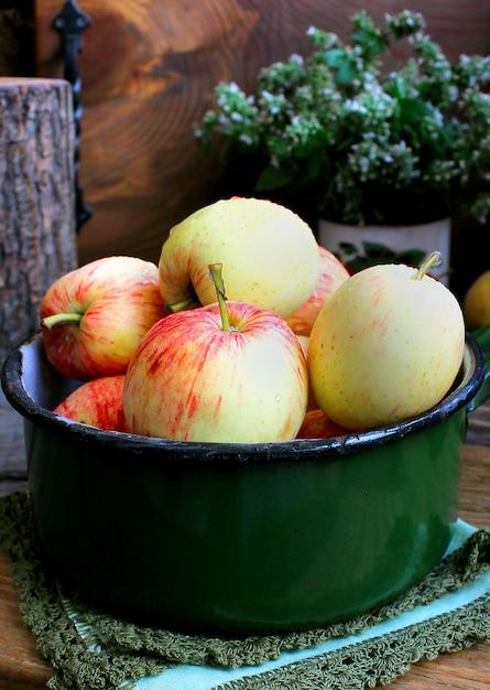 Sommergarten äpfel minze Premium Fotos