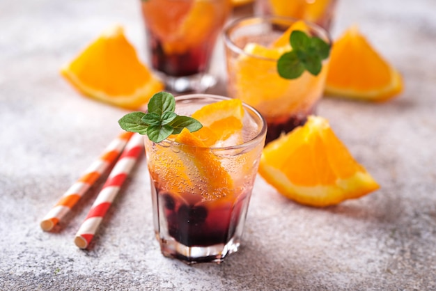 Sommergetränk mit orange und beeren Premium Fotos