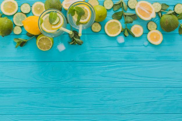 Sommergetränke, limetten und zitronen auf holzoberfläche Kostenlose Fotos