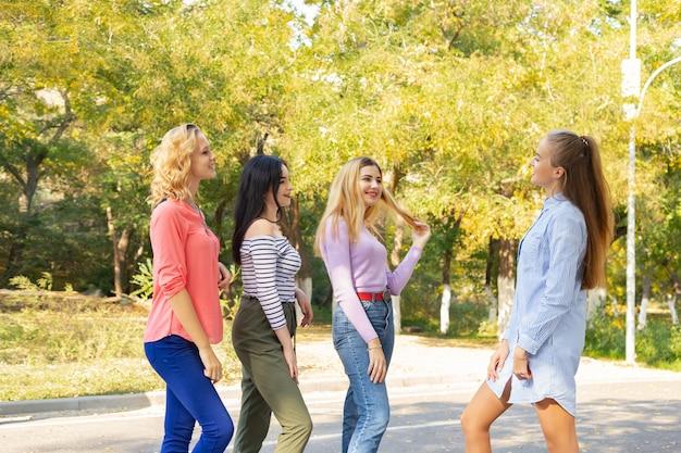 Sommerherbstferien, feiertage, reise und leutekonzept - gruppe junge frauen im park Premium Fotos