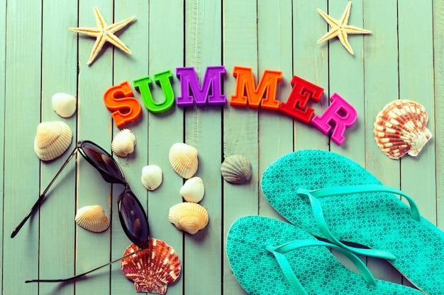 Sommerhintergrund gemacht von den muscheln und von den seegegenständen Premium Fotos