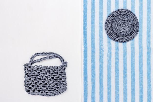 Sommerhut, strandtasche, frottiertuch auf weißem hintergrund. sommer hintergrund. minimaler stil. Premium Fotos
