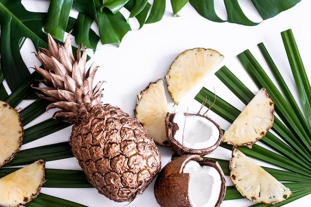 Sommerkomposition mit tropischen blättern und früchten auf weiß Kostenlose Fotos