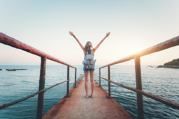 Sommerlandschaft mit junger frau Premium Fotos