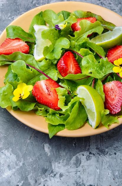Sommersalat mit erdbeeren Premium Fotos