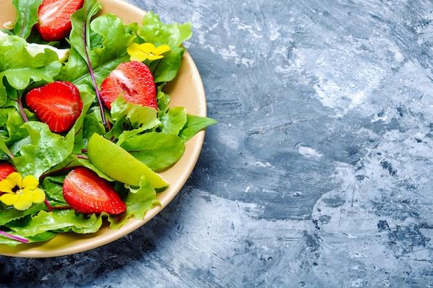 Sommersalat mit früchten Premium Fotos