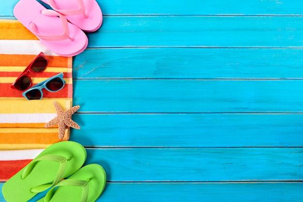 Sommerstrand wendet grenze, sonnenbrille, flipflops, kopienraum ein Premium Fotos