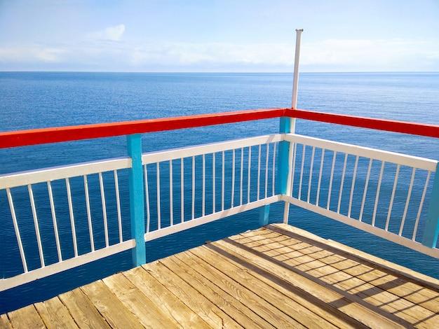 Sommertag auf der holzterrasse oder dem pier Premium Fotos