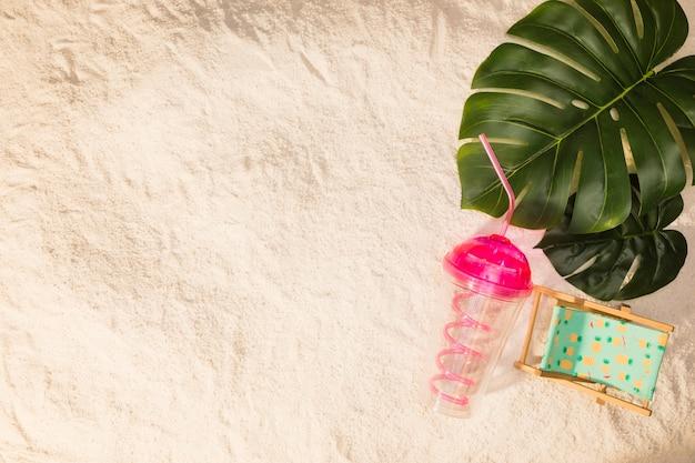Sommerurlaubsortzusammensetzung auf sand Kostenlose Fotos