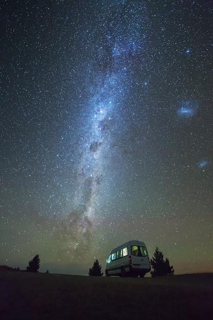 Sommerzeitansicht der milchstraße und des nächtlichen himmels mit reisemobil in südinsel neuseeland Premium Fotos