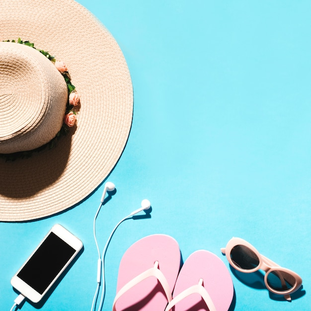 Sommerzusammensetzung auf bunter oberfläche Kostenlose Fotos