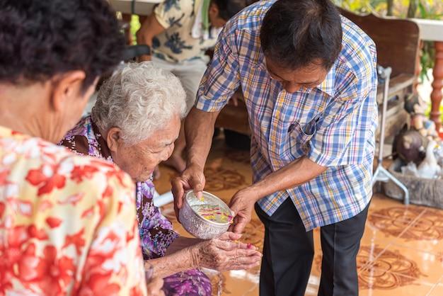 Songkran festival baden in bezug auf die eltern Premium Fotos