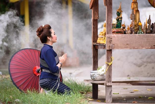 Songkran, thailand wasser festival schöne frau gießen wasser buddha vor splash Premium Fotos