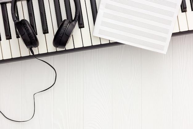 Songwriter oder dj arbeiten mit synthesizer und kopfhörern Premium Fotos