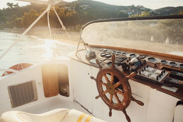 Sonne scheint über holzboot im meer Kostenlose Fotos