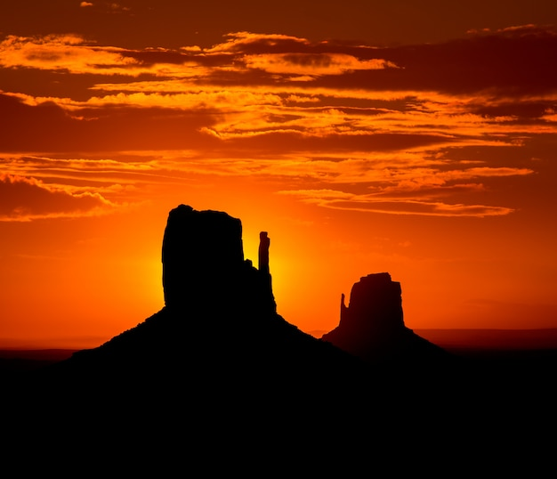 Sonnenaufgang am monument valley west und osthandschuh butte Premium Fotos