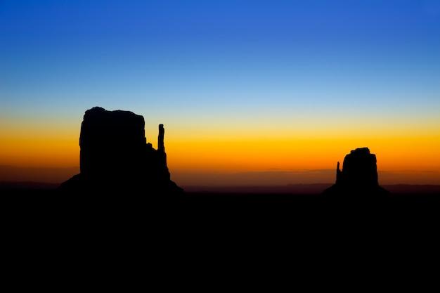Sonnenaufgang am monument valley west und osthandschuh butte Premium Fotos