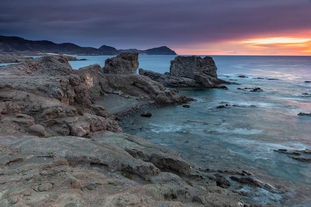Sonnenaufgang an der küste von escullos. naturpark cabo de gata. Premium Fotos