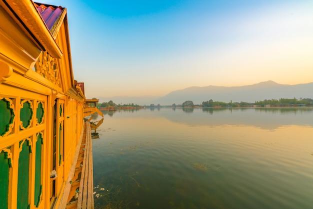 Sonnenaufgang auf dal see, kaschmir indien. Premium Fotos