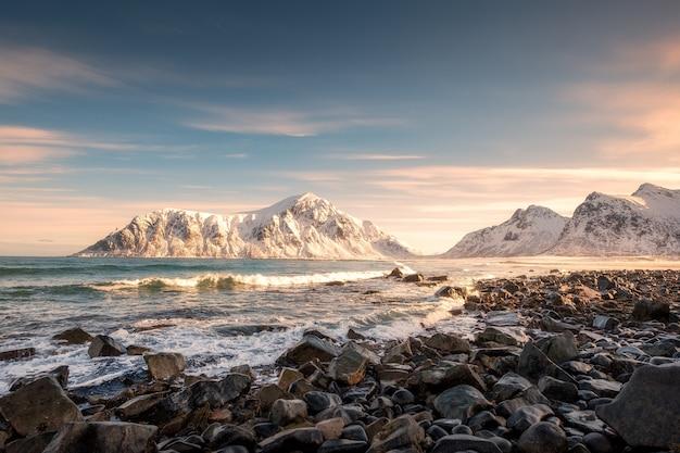 Sonnenaufgang auf schneeberg an der küste in skagsanden-strand Premium Fotos