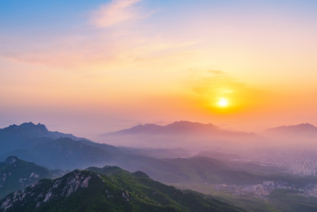 Sonnenaufgang des bukhansan-berges in seoul city, südkorea Premium Fotos