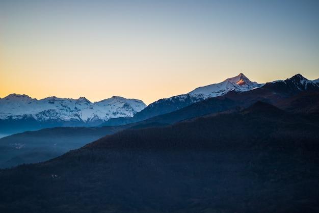 Sonnenaufgang in schneebedeckten bergen Premium Fotos