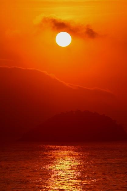 Sonnenaufgang über dem atlantik blick vom copacabana strand, rio de janeiro von brasilien Premium Fotos