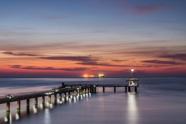 Sonnenaufgang über der seebrücke in burgas-bucht Premium Fotos