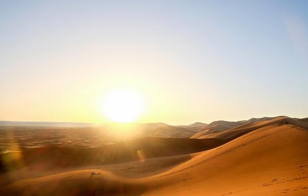 Sonnenaufgang über sanddünen in sahara-wüste, merzouga, marokko. Premium Fotos