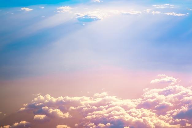 Sonnenaufganghimmel über wolken Premium Fotos