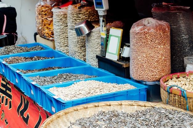 Sonnenblumenerdnusskürbiskerne im gesunden erntekonzept des asiatischen porzellanstraßenmarktes acgriculture Premium Fotos