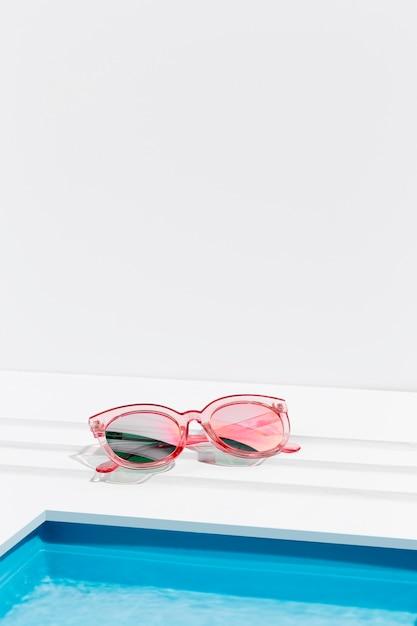 Sonnenbrille neben kleinem schwimmbad Kostenlose Fotos