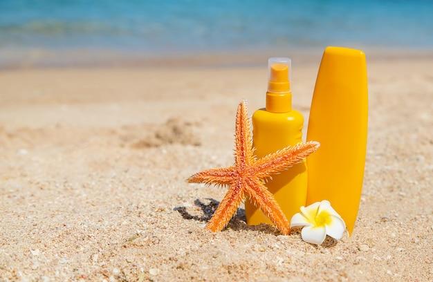 Sonnencreme am strand. sonnenschutz. tiefenschärfe. Premium Fotos