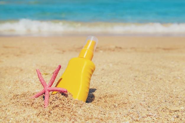 Sonnencreme am strand Premium Fotos
