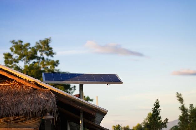 Sonnenenergiepanel oder photovoltaik auf dach des hauses in der landschaft und im blauen himmel Premium Fotos
