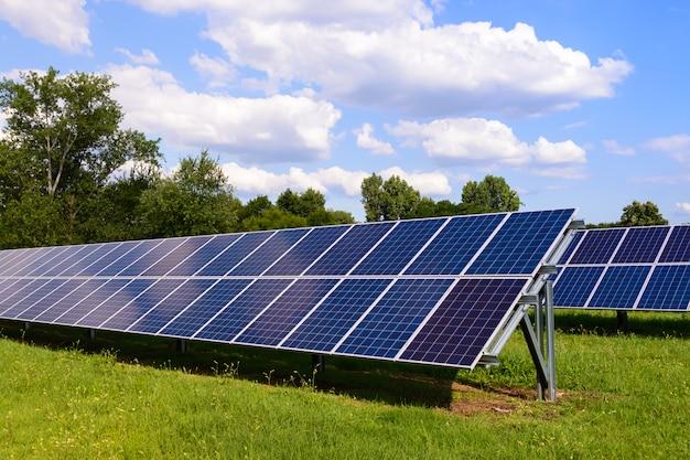 Sonnenkollektoren am boden montiert Premium Fotos