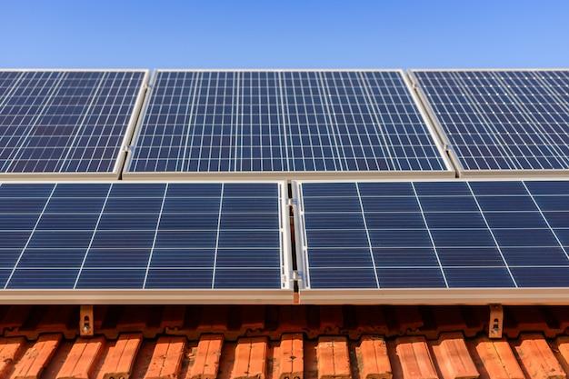 Sonnenkollektoren an der spitze des familienhauses Premium Fotos